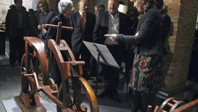 Imagen de la presidenta de Madrid, Esperanza Aguirre, mientras contempla una de las obras de la exposición 'Da Vinci. El genio'.