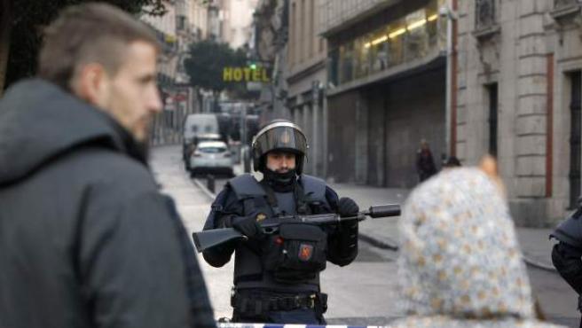 La Policía ha desalojado el Hotel Madrid y las viviendas aledañas al Teatro Albéniz, ocupadas por un grupo de 'indignados'.