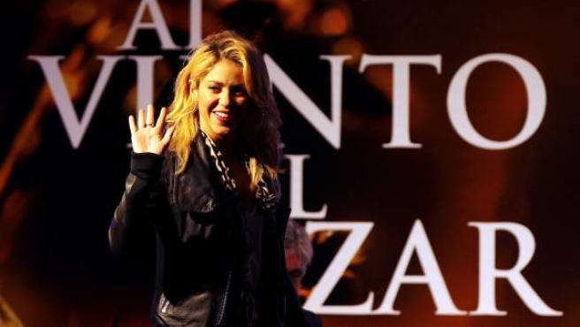 """La cantante colombiana <span>Shakira</span> asiste al  lanzamiento del libro """"Al viento y al azar"""" escrito por su padre William  Mebarak el lunes 5 de diciembre de 2011, en Bogotá (Colombia)."""