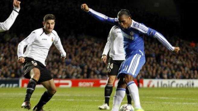 Drogba (d) marca el 1-0 durante el partido de Liga de Campeones que enfrentó a su equipo contra el Valencia.