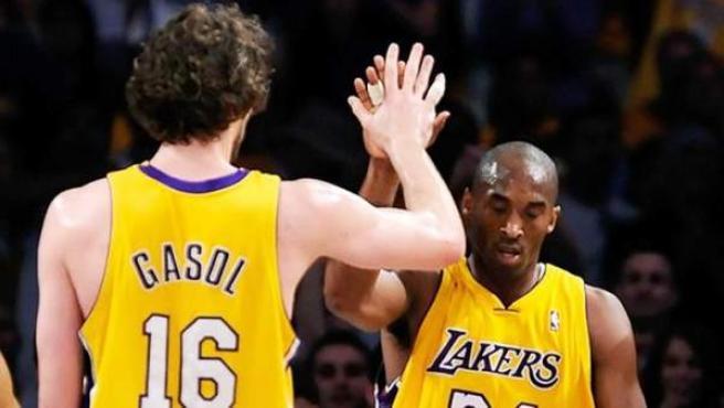 Pau Gasol celebra con su compañero Kobe Bryant una canasta.