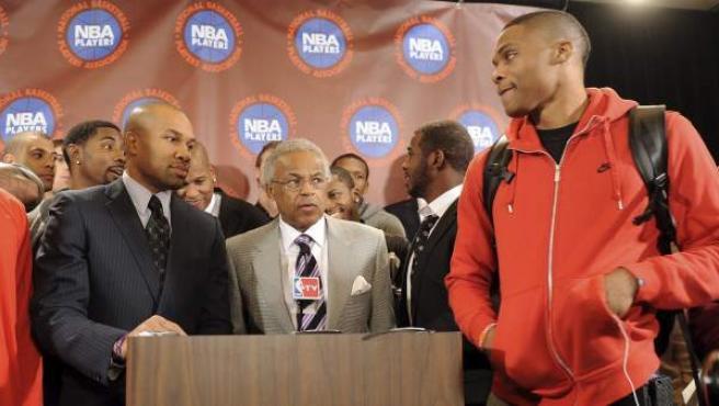 El director ejecutivo del sindicato de jugadores de la NBA, Billy Hunter (c-dcha), toma la palabra en presencia del presidente del organismo, Derek Fischer (c-izda).