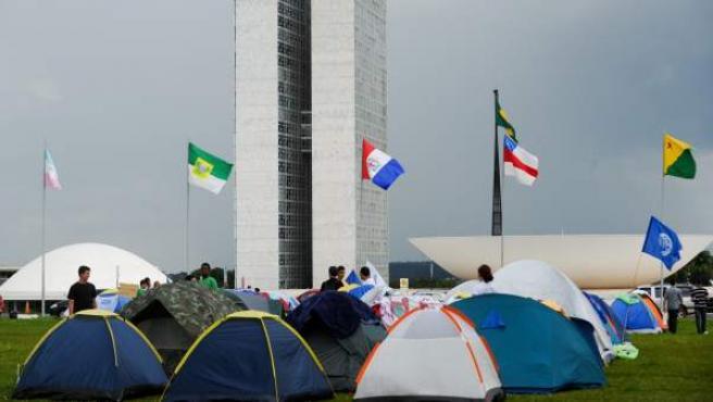 Estudiantes montan un campamento frente al Congreso Nacional en Brasilia (Brasil) el martes 6 de diciembre de 2011, para exigir un aumento de los presupuestos de la educación.
