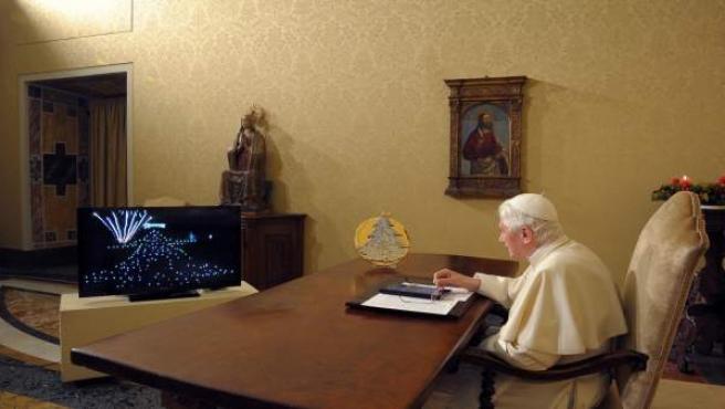 Benedicto XVI enciende desde su despacho en el Vaticano, el mayor árbol de Navidad del mundo.
