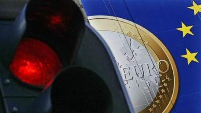 Una pancarta con una moneda de un euro en el edificio sede de la Comisión Europea en Bruselas.