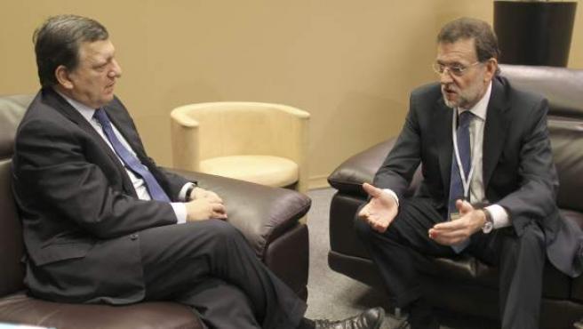 Fotografía facilitada por el PP del presidente del Partido Popular español y próximo jefe del Gobierno, Mariano Rajoy (d), conversando con el presidente de la Comisión Europea, Jose Manuel Durao Barroso.