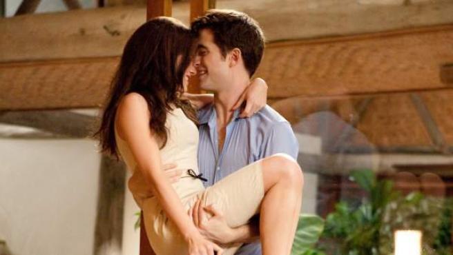 Kristen Stewart y Robert Pattinson en una imagen de la película 'Amanecer, parte I'.