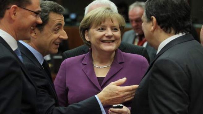 El primer ministro finlandés Jyrki Katainen, el presidente francés Nicolas Sarkozy, la canciller alemana Angela Merkel y el presidente de la Comisión Europea, José Manuel Durao Barroso, en Bruselas.