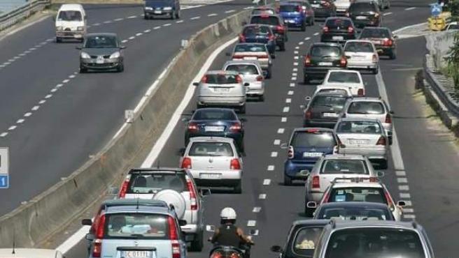 Coches y motocicletas circulando por una autovía.
