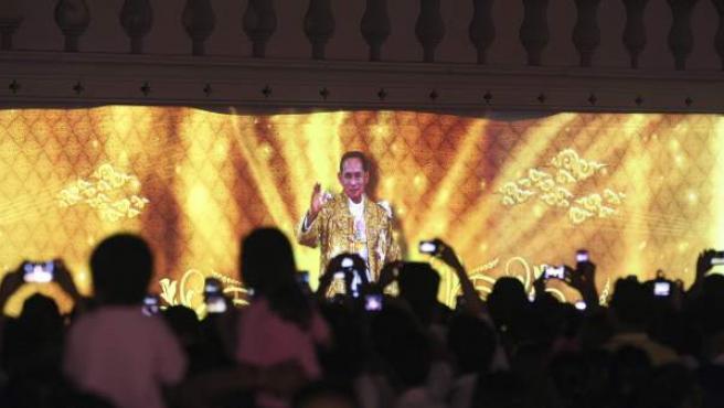 Tailandeses celebran el 84 cumpleaños del rey de Tailandia, Bhumibol Adulyadej, en Bangkok.