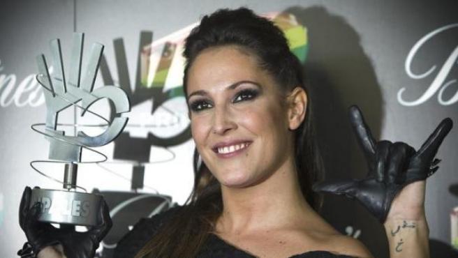 """La cantante Malú, premio a la mejor canción por """"Blanco y Negro"""", durante la gala de entrega de los Premios 40 Principales 2011."""