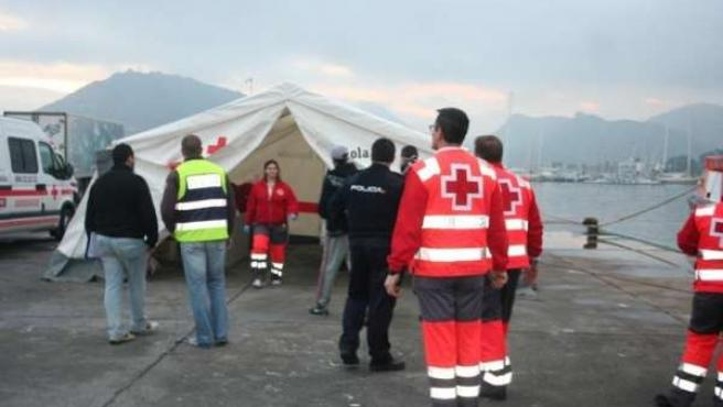 Efectivos De Cruz Roja Atendiendo Inmigrantes