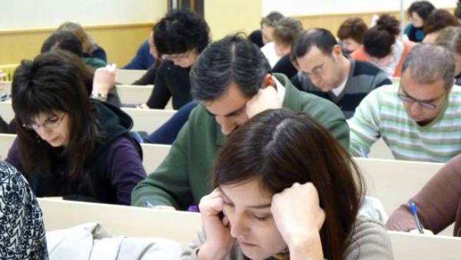 Estudiantes De La UNED Pamplona En Un Examen.