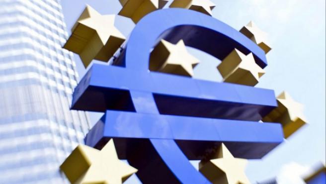 Vista de la escultura del euro, delante de la sede del Banco Central Europeo (BCE), en Fráncfort.