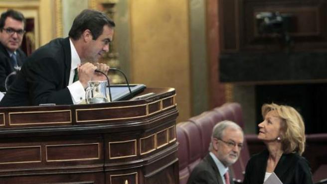 La vicepresidenta económica, Elena Salgado, conversa con el presidente del Congreso, José Bono, antes de su intervención.