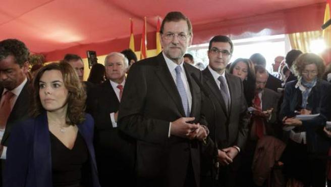 El presidente del Gobierno electo, Mariano Rajoy (c), junto a Soraya Sáenz de Santamaría (favorita a ser vicepresidenta) y José Luis Ayllón (derecha, principal candidato a ser portavoz del PP en la cámara baja), a su llegada al Congreso de los Diputados en el Día de la Constitución.