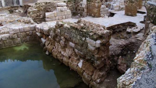 Fotografía cedida por la Dirección General de Antigüedades libanesa (DGA) que muestra los restos de la fortificación hallados en el puerto de Beirut.