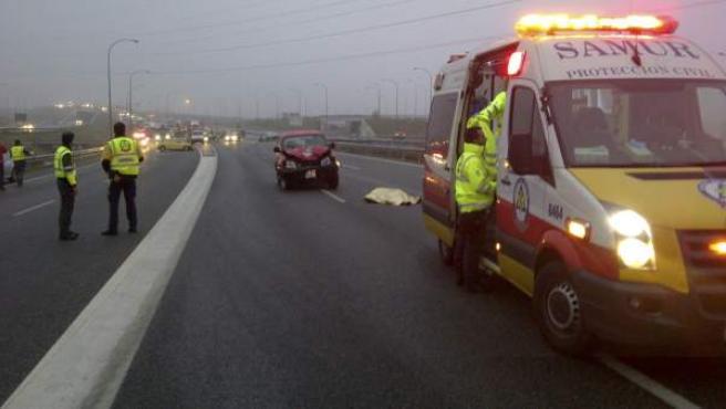 Fotografía facilitada por el Ayuntamiento de Madrid del accidente en el que un taxista de 29 años murió al ser atropellado por un todoterreno cuando se bajó de su vehículo para señalizar un accidente que él mismo provocó, cuando circulaba en sentido contrario por la M-40 madrileña.