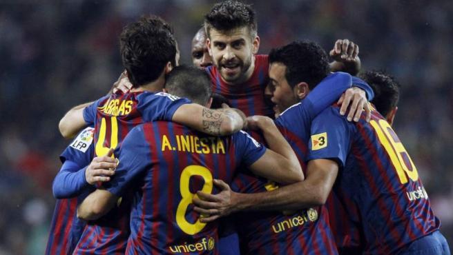 Los jugadores del Barça celebran el primer gol de los culés, anotado por Alexis.