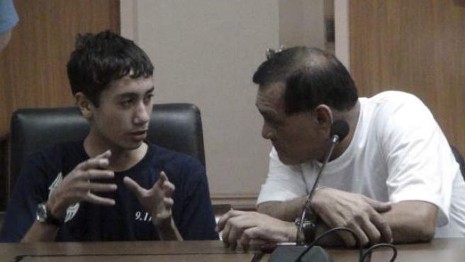 El alcalde de la ciudad filipina de Zamboanga, Celso Lobregat, conversa con el joven estadounidense Kevin Lunsmann, después de lograr escapar tras permanecer secuestrado cinco meses por miembros del grupo de Abu Sayyaf, en Zamboanga (Filipinas).