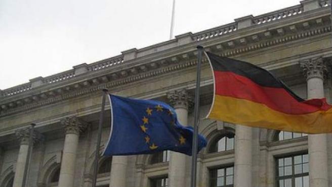 Banderas de la UE y Alemania, en Berlín.