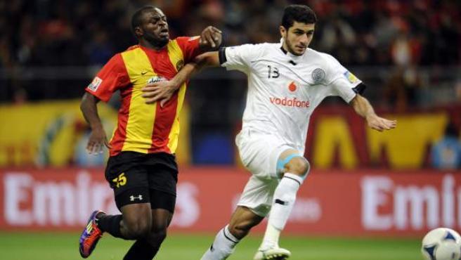 Un momento del partido de cuartos de final del mundial de clubes que enfrentó al Al Sadd de Catar (d) y al Esperance de Túnez (i), y que ganaron los cataríes por 2 goles a 1. De esta forma, el Al Sadd será el primer rival del Barça en el torneo.