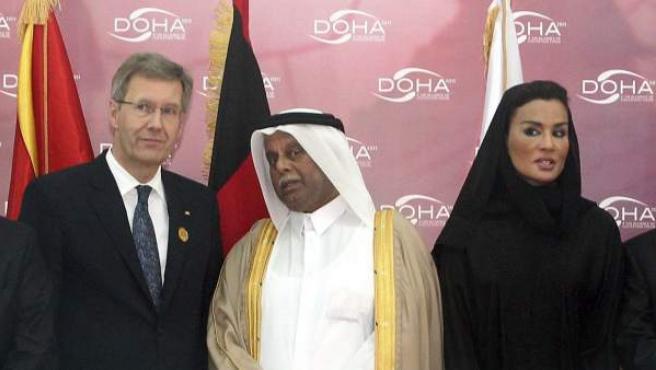 El presidente de la República Federal de Alemania, Christian Wulff (i), junto al viceprimer ministro qatarí, Abdulá bin-Hamad (c), y la esposa del emir de Qatar, Sheikha Moza bint Nasser (d), en la inauguración del IV Foro de la Alianza de Civilizaciones, que se celebra en Doha.
