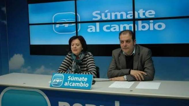 El alcalde de Dúrcal (Granada), José Manuel Pazo (d), en una rueda de prensa de su partido, el PP.