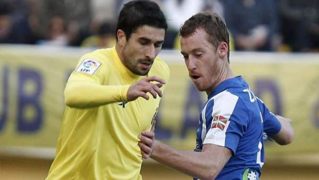 Cani y Zurutuza luchan por el balón durante el Villarreal - Real Sociedad.