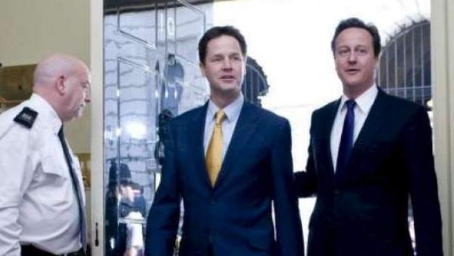 El primer ministro británico, David Cameron (d), junto a su viceprimer ministro, Nick Clegg.