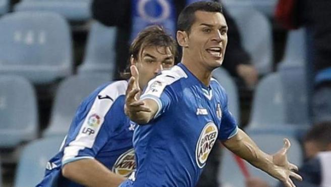 Javi Casquero, centrocampista del Getafe, celebra su gol ante el Granada con su compañero Juan Valera.