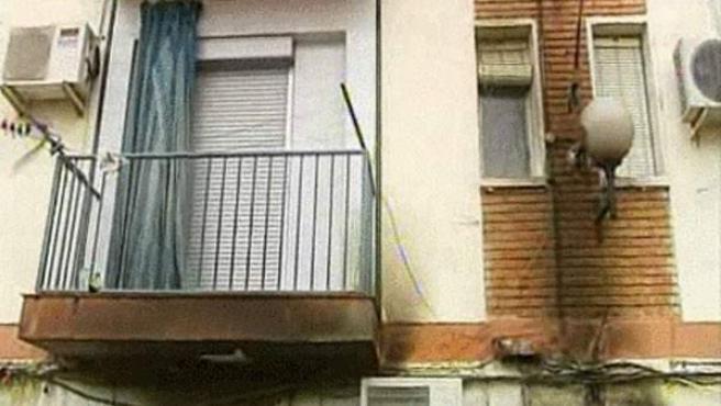 Rastro del humo en la fachada del edificio que se incendió en Bailén (Jaén).