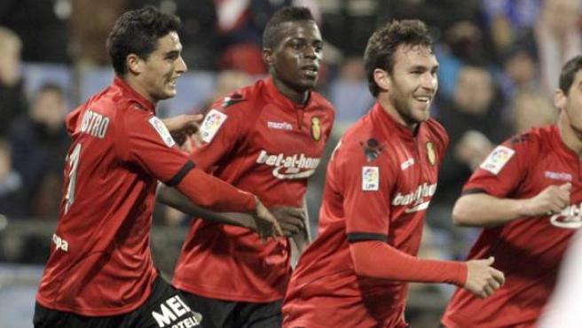 Víctor Casadesús, delantero del Mallorca, celebra su gol ante el Zaragoza junto a Michael Pereira y 'Chori' Castro.