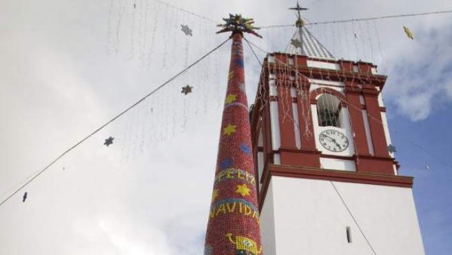 Imagen del árbol de Navidad de El Granado (Huelva), decorado con materiales reciclados. Este año, 39.000 tapones de bebida se encargan de dar colorido a este símbolo navideño.