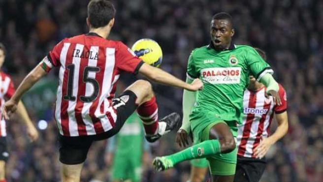 Andoni Iraola y Pape Diop luchan por un balón durante el Athletic - Racing.
