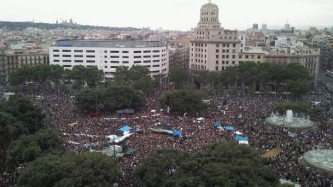 Foto tomada desde un edificio de la Plaza de Cataluña en Barcelona, donde se puede ver la concentración de 'indignados' durante una asamblea.