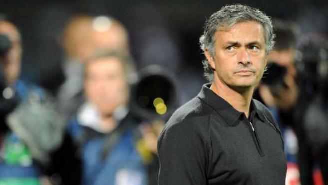 Jose Mourinho, del Real Madrid, observa.