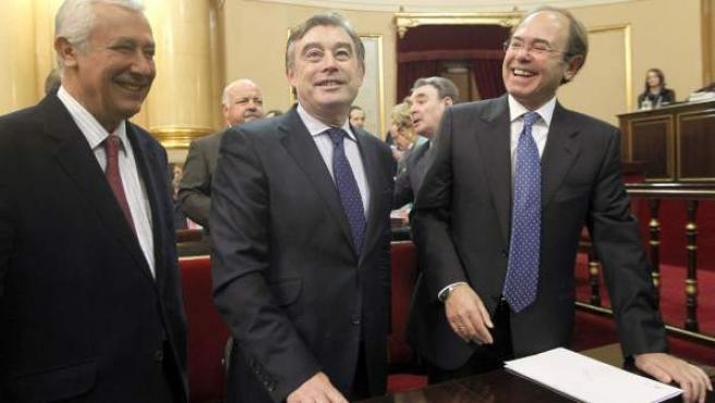 Pío García Escudero (d), elegido presidente de la Cámara Alta, bromea junto al portavoz popular, José Manuel Barreiro (c) y a Javier Arenas, líder del PP en Andalucía.