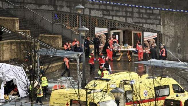 Los servicios sanitarios han instalado un puesto de emergencia en la zona para atender a los heridos en el atentado de Lieja (Bélgica).