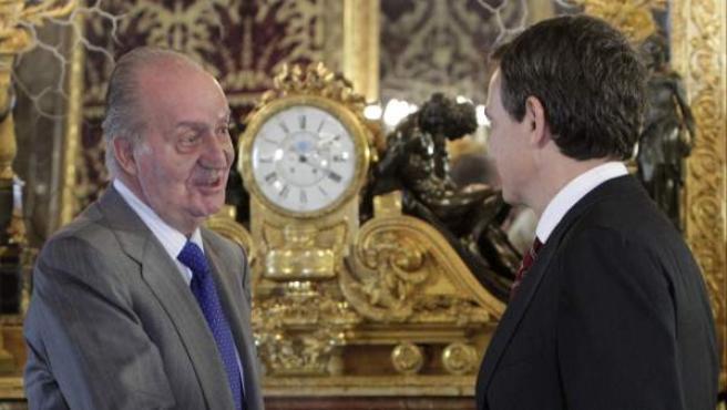 El rey saluda al presidente del Gobierno en funciones, José Luis Rodriguez Zapatero, al inicio del almuerzo de despedida al Gobierno saliente que ha tenido lugar en el Palacio Real.