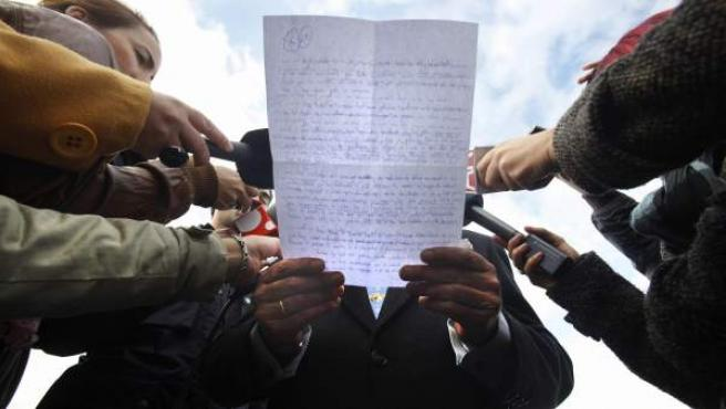 José María Sánchez de Puerta, abogado de José Bretón, padre de los dos niños desaparecidos en Córdoba, leyendo a las puertas de la prisión cordobesa su carta manuscrita.