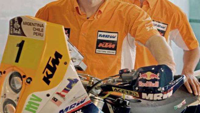 Marc Coma (i), tricampeón del Dakar y cuatro veces campeón del mundo, junto a su compañero Joan Pedrero (d).