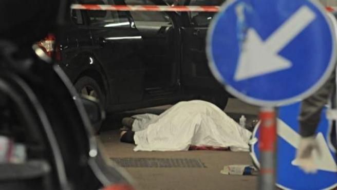El cuerpo sin vida del agresor, en Florencia.