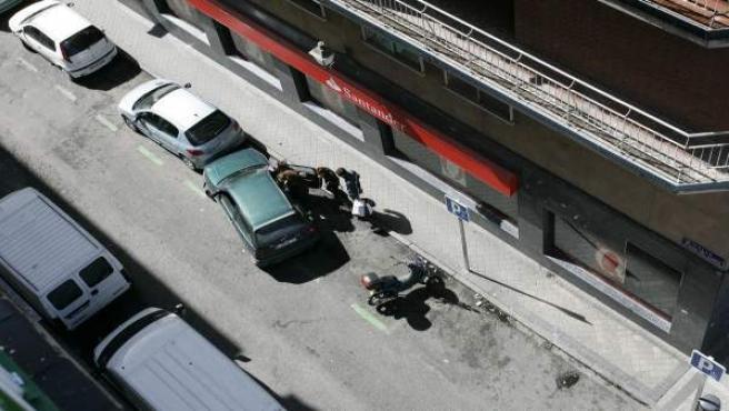 Una 'cunda' recoge a varios toxicómanos junto a la glorieta de Embajadores de Madrid.