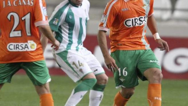 Los jugadores del Betis, Cañas (i) y Santa Cruz (d) y el del Córdoba, Garai (c) en el partido de ida de dieciseisavos de la Copa del Rey.