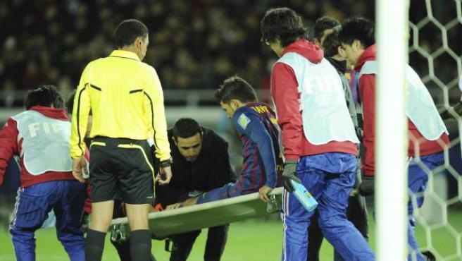 Villa es sacado del campo en camilla después de fracturarse la tibia izquierda.
