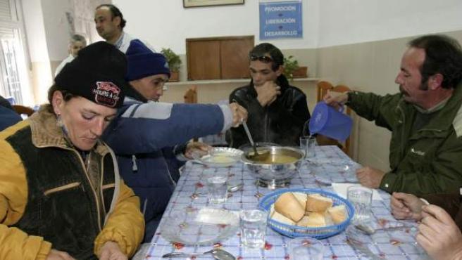 Un grupo de personas con pocos recursos en un comedor social