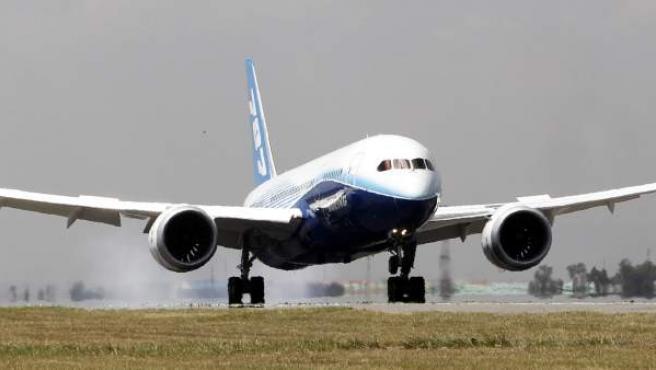 Imagen de un avión despegando.