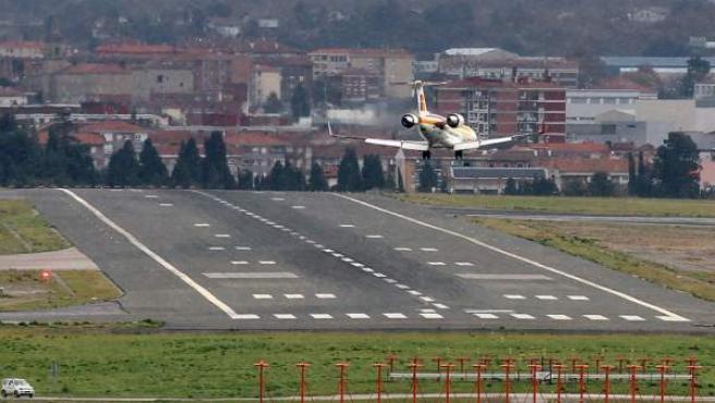 Un avión de Iberia, a punto de tomar tierra en el aeropuerto de Loiu (Vizcaya).