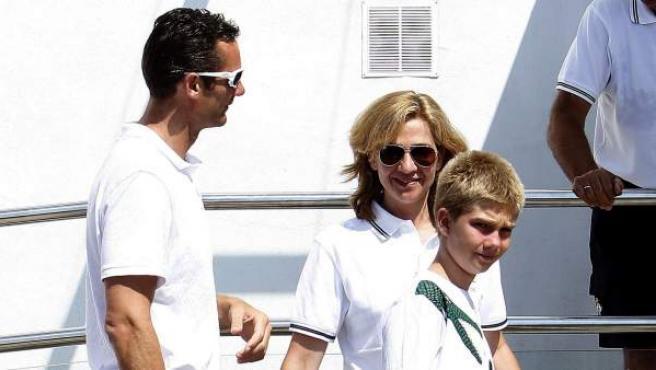La infanta Cristina junto a su marido Iñaki Urdangarin y su hijo Juan Valentín en una imagen de archivo.